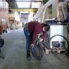 Nederland, Amsterdam, Gebruikers van Broedplaats De Krux zijn bezig  een fiets te repareren, , Cruquiusweg, 6 maart 2017, foto: Katrien Mulder