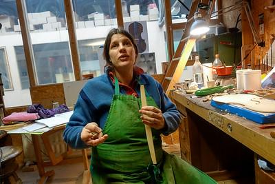 Nederland, Amsterdam, 7 maart 2017, vioolbouwer Camille Dolibeau aan het werk in haar atelier in broedplaats de Krux, Cruquiusweg, foto: Katrien Mulder