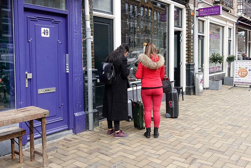 Nederland, Amsterdam, zoekende toeristen met rolkoffers  in de Javastraat10 maart 2017, foto: Katrien Mulder