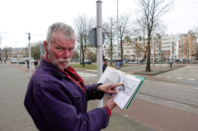 Nederland, Amsterdam,  Man windt zich op over de veranderingen van de stad. Man is annoyed by all the changes of the city  maart 2017, foto: Katrien Mulder