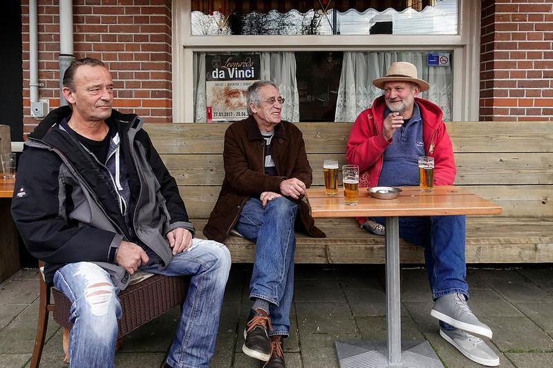Nederland, Amsterdam, 3 digibeten op het tarras van cafe Gijs de Rooij, Javastraat, 22 maart 2017, foto: Katrien Mulder