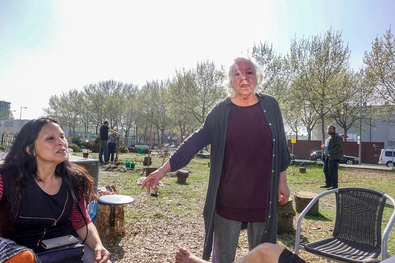 Nederland, Amsterdan, Cruquiusweg, 9 april 2017, buurtinitiatief Blije Buren wordt om onduidelijke redenen door de Gemeente niet meer ondersteund bij het vinden van een nieuwe locatie. Buurtbewoners  kregen daar een ontzettend vage brief over van de gemeente. Iets met draagvlak en overlast. Het project  Blije Buren helpt mensen  uit hun isolement te komen en  buurtgevoel te bevorderen. Ook kan iedereen die dat wil er gratis eten. het project is een particukier initiatief officiele instanties hebben zich er niet mee bemoeid.Ik kom er vaak langs, het maakt een levendige indruk. De activiteiten spelen zich af op een  informeel stukje grond waar gezellig wordt aangerommeld. Men tuiniert wat, knutselt, praat, leest of probeert bruin te worden in de zon. Maar het besluit van de gemeente houdt de gemoederen bezig. Iedereen is bedroefd en boos en strijdbaar.  Het lijkt   wel de jaren zeventig. Harde acties, zachte acties, politici benaderen, de een wil dit de ander vindt dat. foto: Katrien Mulder