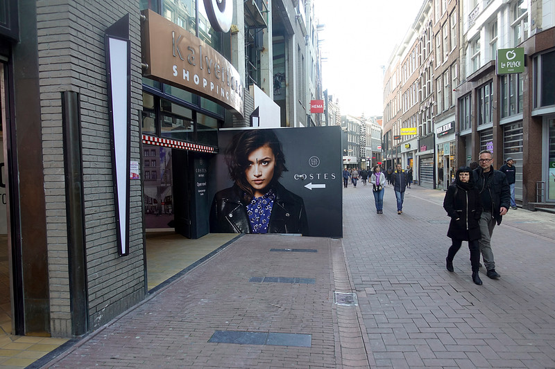 Nederland, Amsterdam, winkelen in de Kalverstraat,  10 april 2017, foto: Katrien Mulder
