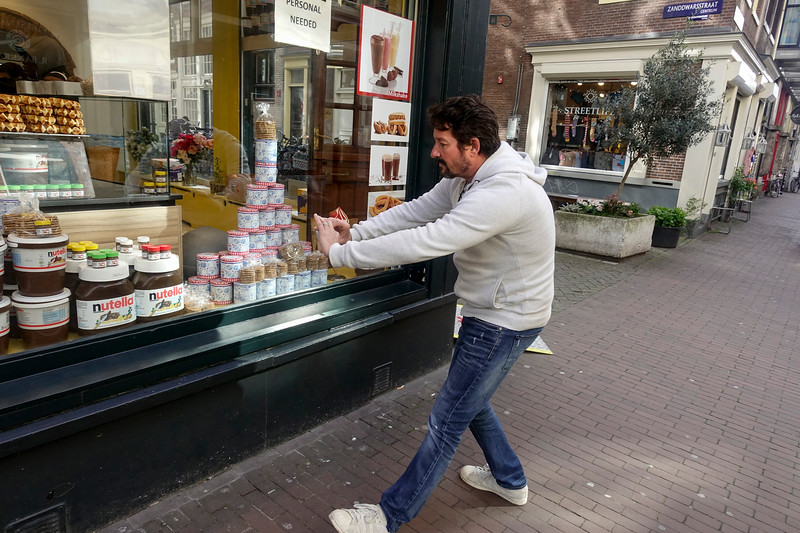 Nederland, Amsterdam, toerist maakt een foto van potten nutella, 17 april 2017, foto: Katrien Mulder