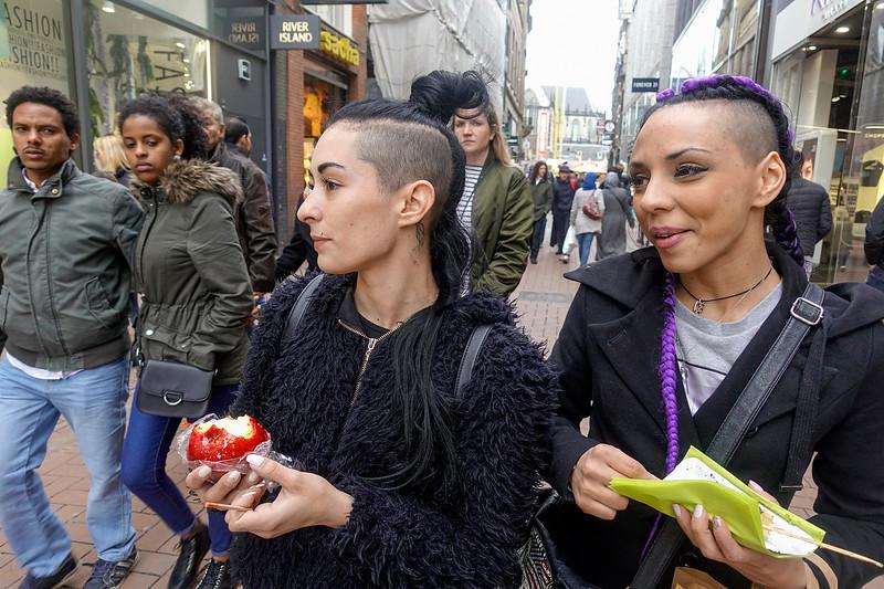 Nederland, Amsterdam, Griekse toeristes in de kalverstraat, Greek tourists in the Kalverstraat, 17 april 2017, foto: Katrien Mulder
