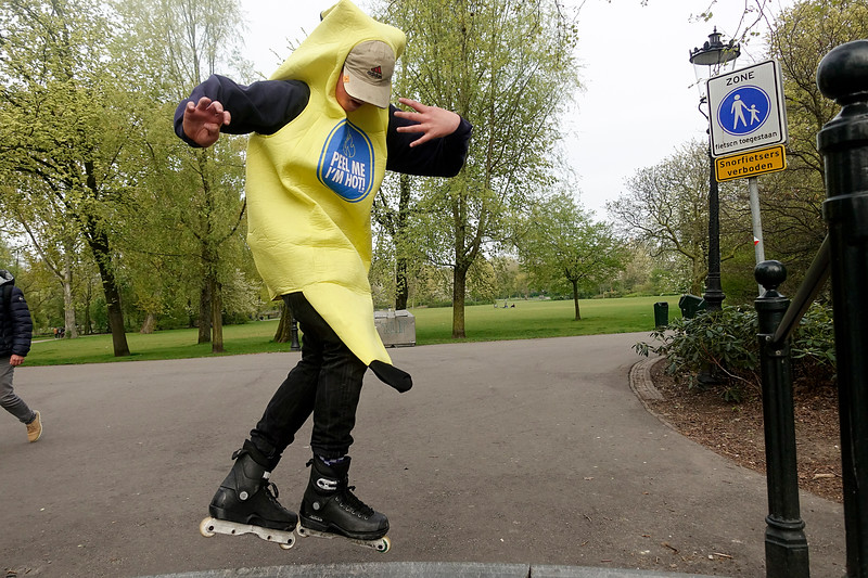 Nederland, Amsterdam, 20 april 2017, Vloggers van YouTube kanaal 'Lijpe Loewie' maken een Vlog van een  katende banaan, foto: Katrien Mulder
