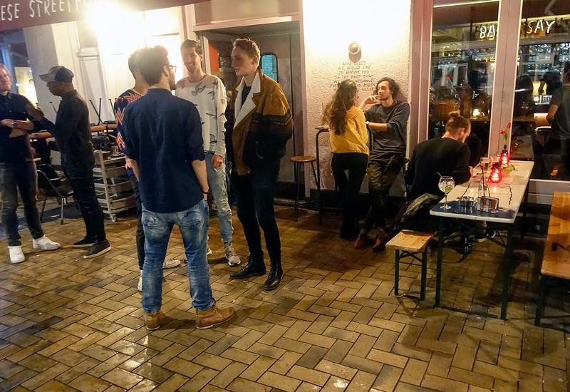 Nederland, Amsterdam, Javastraat, Amsterdam Oost, 21 April 2017, Nog sneller dan eind vorige eeuw de Nederlandse winkels verdwenen uit de Indische buurt, schieten daar nu de chillste  zaken  als paddestoelen uit de grond. Het lijkt wel Berlijn.<br /> foto: Katrien Mulder