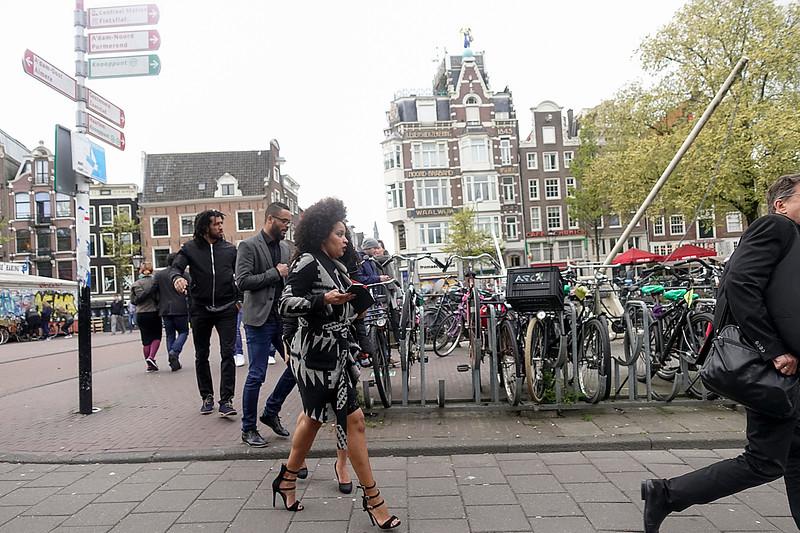 Nederland, Amsterdam, rennen op naaldhakken om de boot niet te missen,  Running on needle heels to catch the boat, 22 april 2917, foto: Katrien Mulder