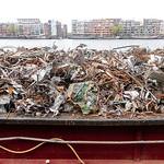 Nederland, Amsterdam, ruim van binnenschip volgeliaden  met voornamelijk metaalresten; Ship loaded with mainly metal residues;, 22 april 2917, foto: Katrien Mulder