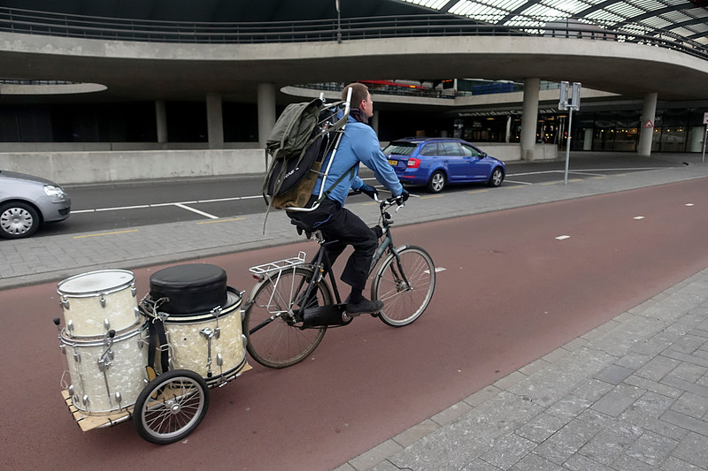 Nederland, Amsterdam, fietser met drumstel. 22 april 2917, foto: Katrien Mulder
