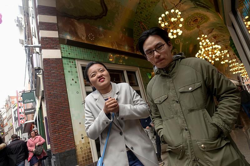 Nederland, Amsterdam, kleumende mensen in de passage tussen  Nieuwendijk en Damrak, shivering  people in the passage between Nieuwendijk and Damrak,22 april 2017, foto: Katrien Mulder