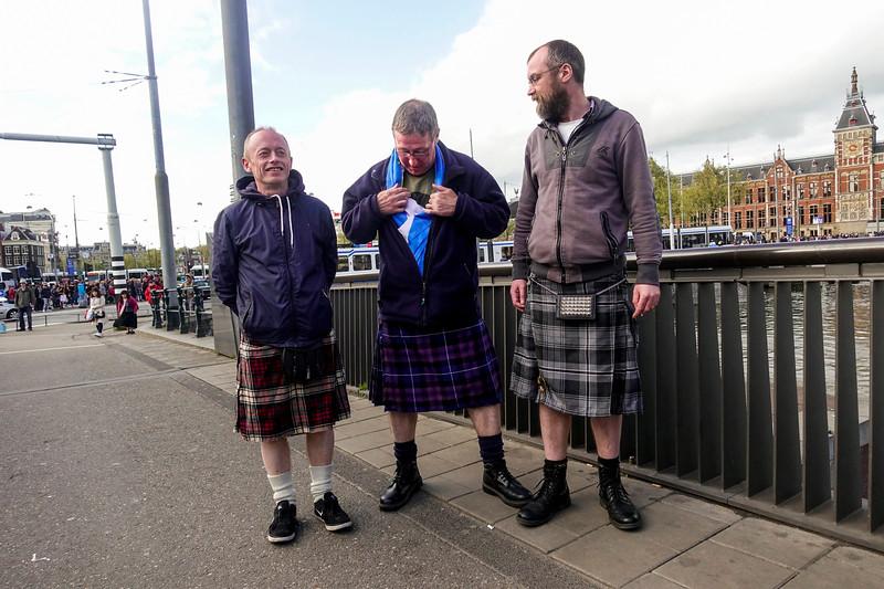 Nederland, Amsterdam, Schotse mannen in Schotse rokken, Scottish men wearing Scottish kilts, 22 april 2017, foto: Katrien Mulder