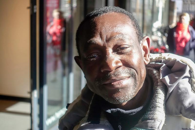 Nederland, Amsterdam, Amsterdam Oost, Sebastian  spreekt mij aan in de Hema,  hij heeft een vvv bon van een tientje waar hij geld voor wil hebben, ik mag hem voor  acht euro kopen. Ik betaal een deel van mijn aankopen met zijn kadobon. En in plaats van die twee euro maak ik een foto van hem, hij komt uit Burundi, en het lukt niet zo met zijn verblijfsvergunning. 25 april 2017, foto: Katrien Mulder
