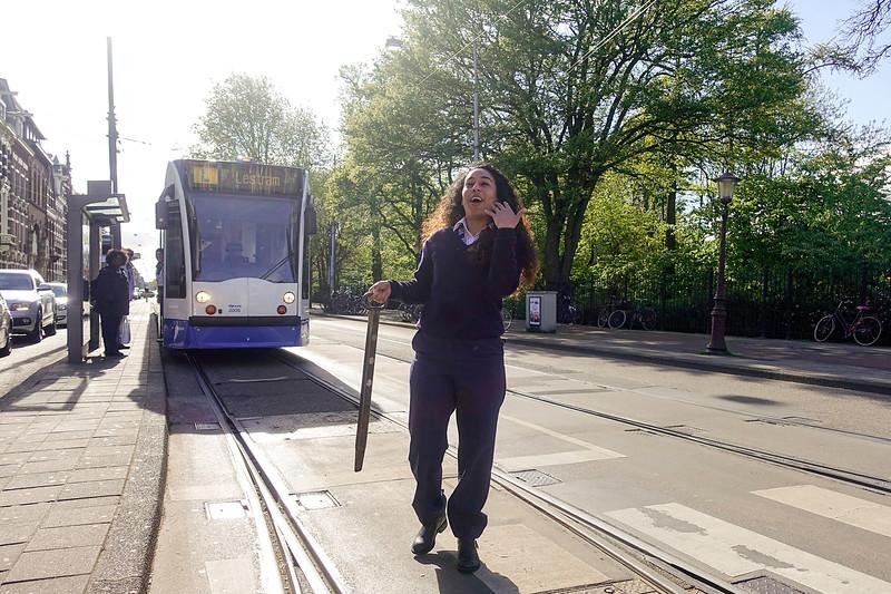 Nederland, Amsterdam, Amsterdam Oost,vrouwelijke trambestuurder zet de wissel om. Een wissel is een constructie in een spoorweg om een trein, metro of tram naar een ander spoor te leiden. Een wissel realiseert dus een fysieke vertakking in het spoorwegnet.[1] Wissels vormen meestal een onmisbaar deel van een spoorwegknooppunt.In vakkringen wordt vaak gesproken van het wissel, elders vaak van de wissel. Om een enkelvoudig wissel expliciet te onderscheiden van een Engels wissel wordt het in jargon ook wel aangeduid als halfje.25 april 2017, foto: Katrien Mulder