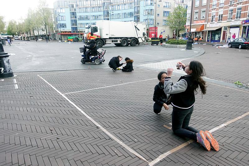 Nederland, Amsterdam, Amsterdam Oost, meisjes  reserveren een deel van de straat ter voorbereiding van de vrijmarkt op koningsdag, 25 april 2017, foto: Katrien Mulder