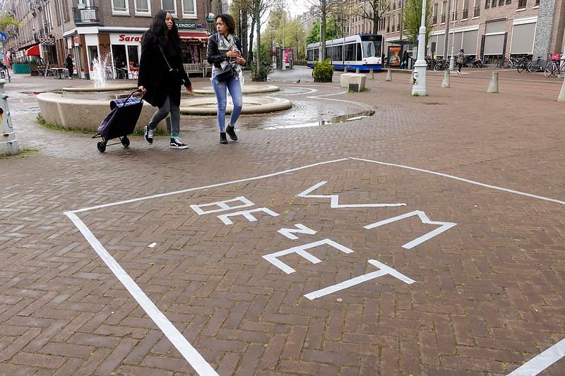 Nederland, Amsterdam, Amsterdam Oost, Javaplein, ter voorbereiding van de vrijmarkt op koningsdag hebben mensen een deel van de stoep afgezet met wit plakband, en er  BEZET  in geschreven,  25 april 2017, foto: Katrien Mulder