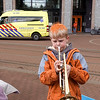 Nederland, Amsterdam, Koningsdag, vrijmarkt in Amsterdam Oost, jongen speelt het Wilhelmus op zijn trompet, 27 april 2017, foto: Katrien Mulder
