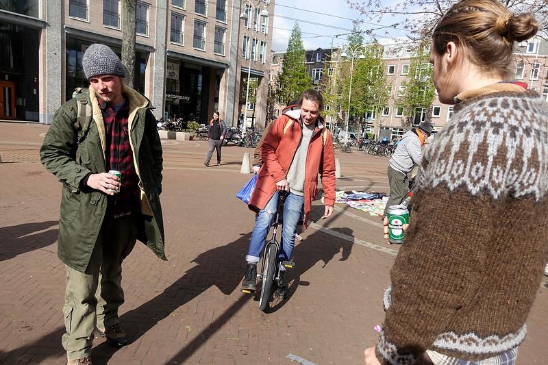 Nederland, Amsterdam, Javaplein, Koningsdag, jongeman overweegt een acrobatenfoiets te kopen; 27 april 2017, foto: Katrien Mulder