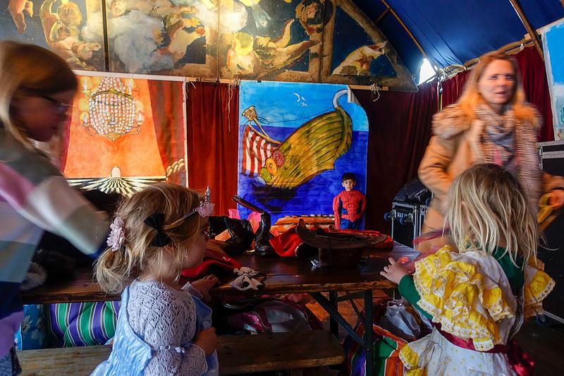 Nederland, Amsterdam, Tijdens de april-feestdagen op de Nieuwmarkt kunnen kinderen zich verkleden in een tent vol met verkleedspullen,29 april 2017, foto: Katrien Mulder