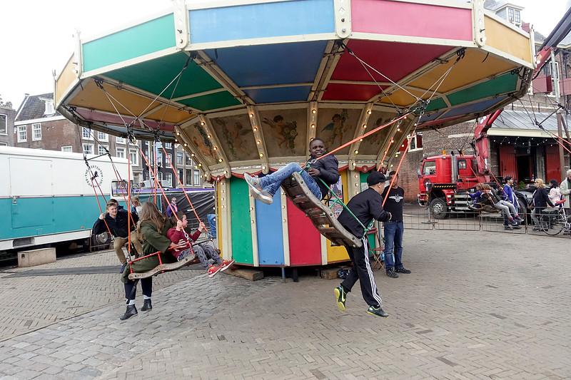 Nederland, Amsterdam, zweefmolen tijdens het aprilfeest in de Nieuwmarktbuurt, 29 april 2017, foto: Katrien Mulder