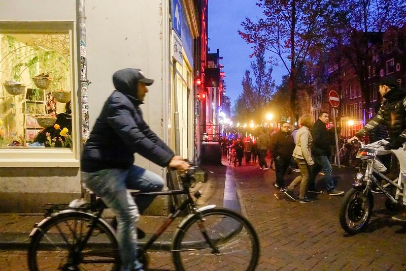 Nederland, Amsterdam, kruising korte Niezel en Oudezijds Ahterburgwal, toeristen op de Wallen; 4 mei 2017, foto: Katrien Mulder