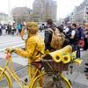 Nederland, Amsterdam, geel geverfde man op gele fiets,12 mei 2017, foto: Katrien Mulder