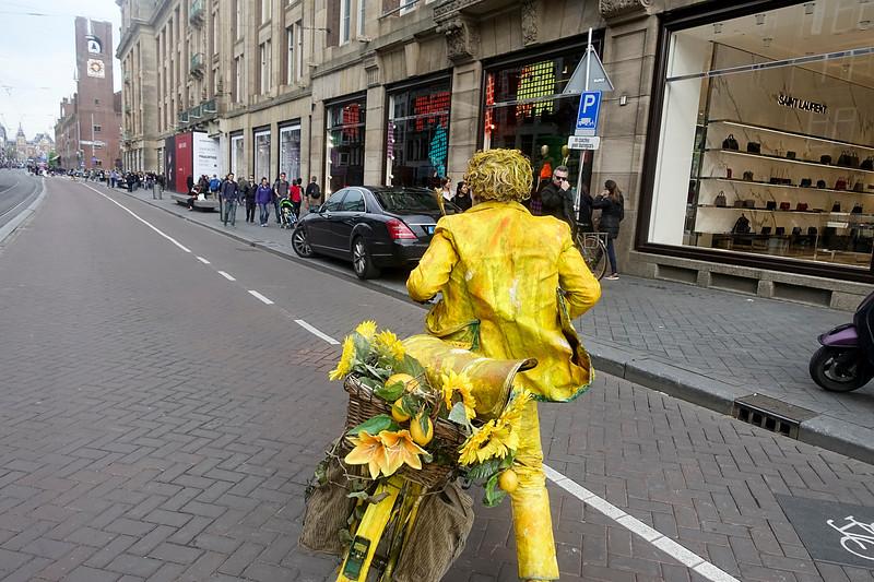 Nederland, Amsterdam, geel geverfde man op gele fiets, 12 mei 2017, foto: Katrien Mulder