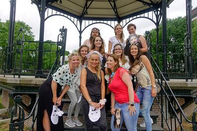 nederland, Amsterdam, vrouwen uit Gorinchem vieren vrijgezellenfeestje in het Oosterpark, 24 juni 2017, foto: Katrien Mulder