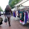 Nederland, Amsterdam, Dappermarkt, een lange vrouw met opvallende netkousen passeert Turkse vrouw met hoofddoek, A tall woman with striking fishnet stockings passes Turkish woman with headscarf 26 juni 2017, foto: Katrien Mulder