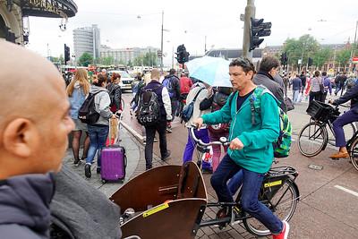 Nederland, Amsterdam, Drukte hoek Damrak PrinsHendrikkade, 28 juni 2017, foto: Katrien mulder