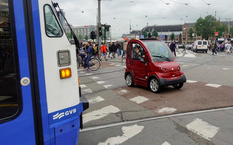 Nederland, Amsterdam, verkeerschaos hoek Damrak Prins Hendrikkade. bijna botsing tussen  electrische stadsauto en tram, 28 juni 2017, foto: Katrien mulder