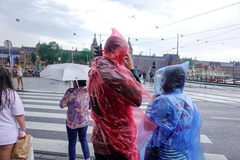 Nederland, Amsterdam, 6 juli 2017, een onverwachte regenbui, foto: Katrien mulder