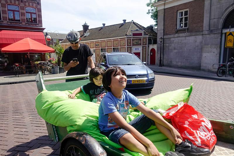 Nederland, Amsterdam, kinderen in zelfgemaakte bakfiets, 9 juli 2017. foto: Katrien Mulder