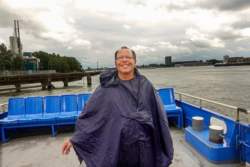 Nederland, Amsterdam, Een vrolijke meneer op de pont van Amsterdam Noord naar het Javaeiland, 14 juli 2017, foto: Katrien Mulder