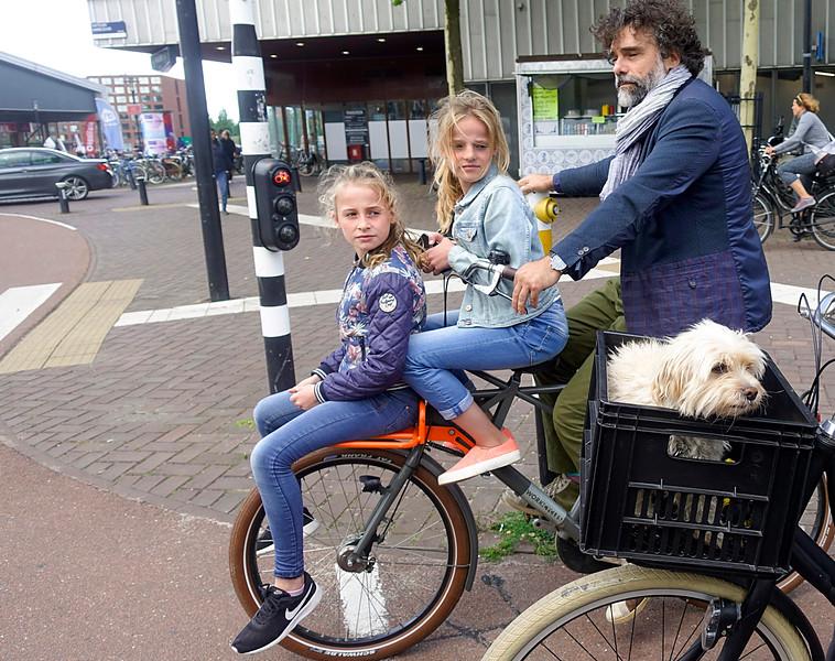 Nederland, Amsterdam, fietsers en meerijders in het Oostelijk Havengebied, 14 juli 2017, foto: Katrien Mulder