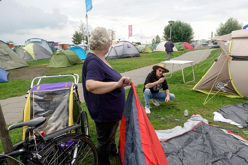 Nederland, Amsterdam, camping Zeeburg, de Duitse familie Skodinsky probeert een tent op te zetten, 24 juli 2017, foto: Katrien Mulder