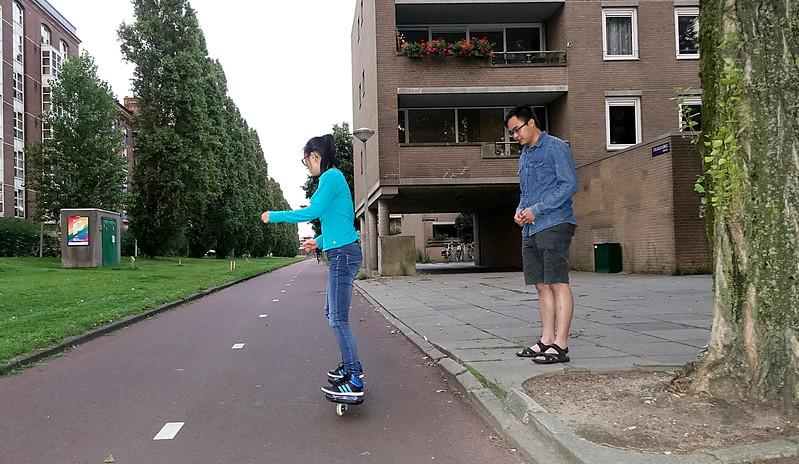 Nederland, Amsterdam, Cruquiusweg, Tingting vond  een waveboard in  de berging, eigenlijk zou ze haar vriend op de bus zetten want die woont in West, maar daar komt het nu niet van. 31 juli 2017, foto: Katrien Mulder