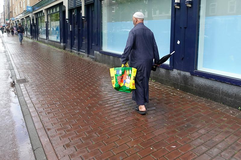 Nederland, Amsterdam, Oost, 17 augusttus 2017, Marokkaanse man met Nijntje tas,  foto: Katrien Mulder