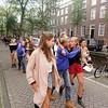 Nederland, Amsterdam, 19 augustus 2017, Na de ontgroeninsperiode van het Amsterdmse Sudentencorps moeten  de nieuwe leden kiezen voor een dispuut. Ook het dispuut moet  aangeven welke aspirant leden ze graag willen hebben. Het is een enorm getouwtrek. De meiden  met de blauwe truien moeten worden overgehaald voor het dispuut te kiezen  dat ze zojuist bezocht hebben en dat hen  vanuit de verte nazingt, een paar ouderejaars  lopen nog een stukje mee om te voorkomen dat ze voor een ander dispuut zullen kiezen.foto: Katrien Mulder