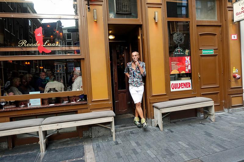 Nederland, Amsterdam, Zeedijk, rokende man; smoking man; 19 augustus 2017, foto: Katrien Mulder