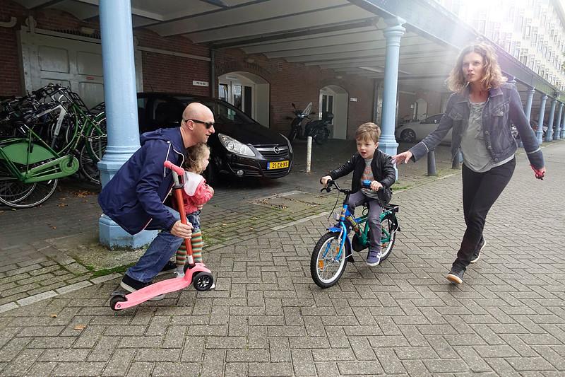 Nederland, Amsterdam, Zeeburgerkade, 19 augustus, moeder leert haar zoontje fietsen,  mother learns her son how to bike, 2017, foto: Katrien Mulder