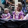 Nederland, Amsterdam, 19 augustus 2017, Mara en Mila komen uit Duitsland en zijn met hun ouders op vakantie in Amsterdam, ze zitten als prinsessen verkleed in een opvouwbare bolderkar, foto: Katrien Mulder