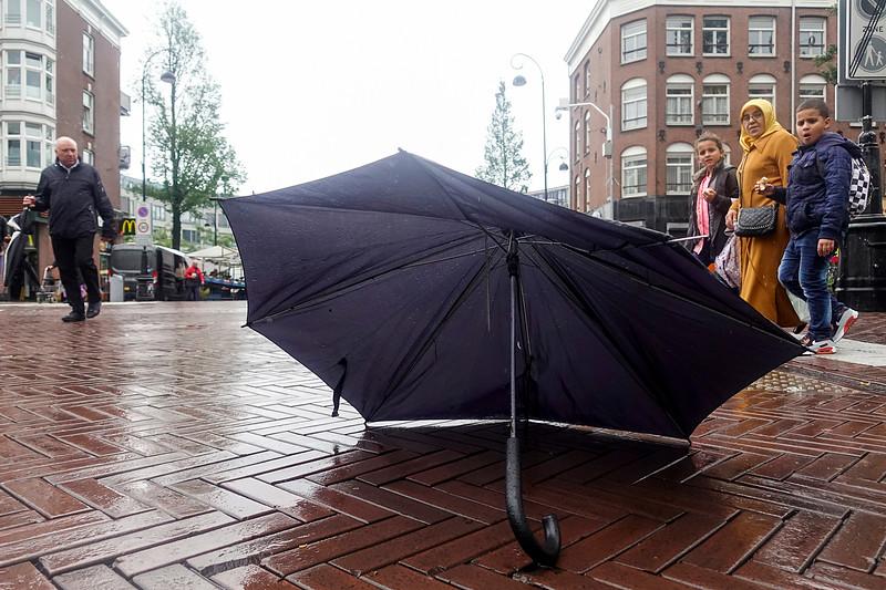 Nederland, Amsterdam, 8 september 2017, Dappermarkt, kapot gewaaide paraplu, foto: Katrien Mulder