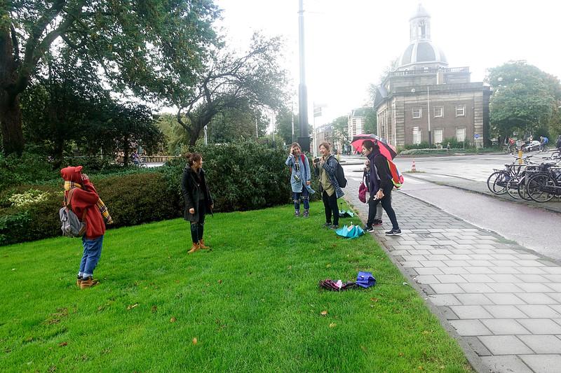 Nederland, Amsterdam, Sarphatistraat, aziatische vrouwen fotograferen elkaar,11 september 2017, regen, foto: Katrien Mulder