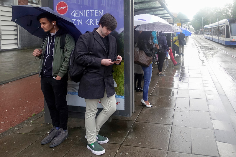 Nederland, Amsterdam, tramhalte en regen, 11 september 2017, r  foto: Katrien Mulder