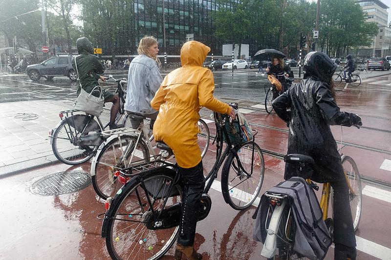 Nederland, Amsterdam, 11 september 2017, fietsen in de regen, foto: Katrien Mulder