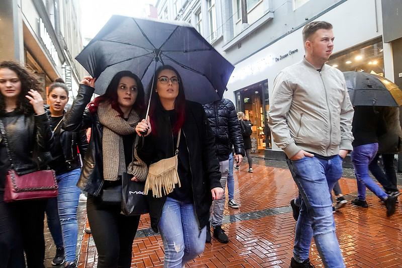 Nederland, Amsterdam, 20 oktober 2017, het regent op de Nieuwendijk, foto: Katrien Mulder