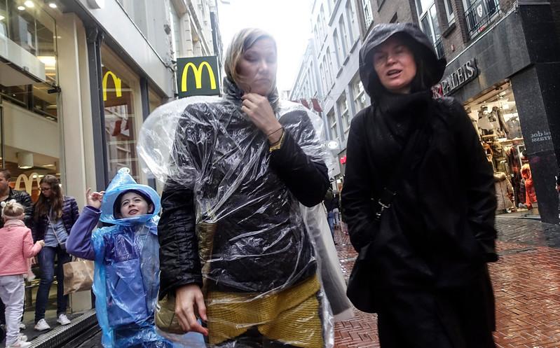 Nederland, Amsterdam, 20 oktober 2017, het regent op de Nieuwendijk, , foto: Katrien Mulder