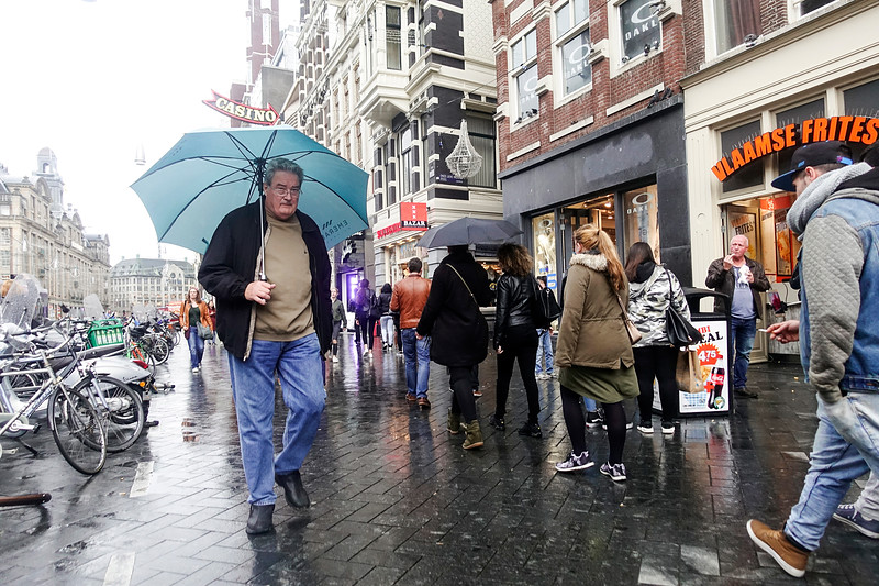 Nederland, Amsterdam, 20 oktober 2017, het regent op het Damrak, , foto: Katrien Mulder