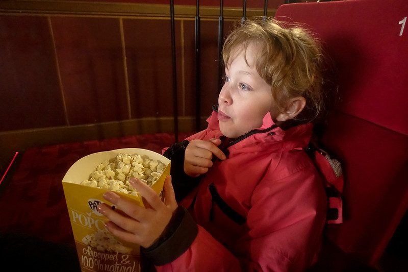 Nederland, Amsterdam, Janne met popcorn in Tuschinski, 8 november 2017, foto: Katrien Mulder